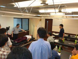 施術風景 運動機能分析システム/姿勢検査/施術技術 整体院・整骨院・接骨院・リハビリなどで、腰椎ヘルニア/脊柱管狭窄症/五十肩/変形性膝関節症の早期改善と再発を予防します。運動分析は根本施術として利用される独自の施術方法です。アスリートや大学病院の医師も通われる整体技術です。京都市右京区 太秦天神川駅徒歩2分 京都市右京区、中京区、上京区にお住まいの方は、【松村整体】にお任せください。